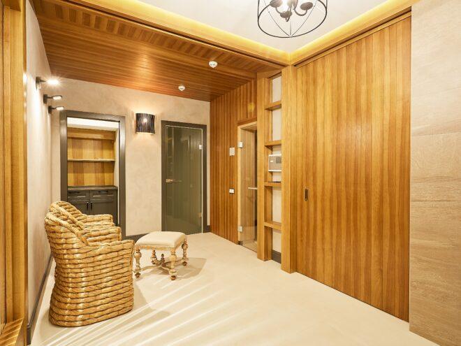 Отделка стен и потолка деревянными панелями банного комплекса